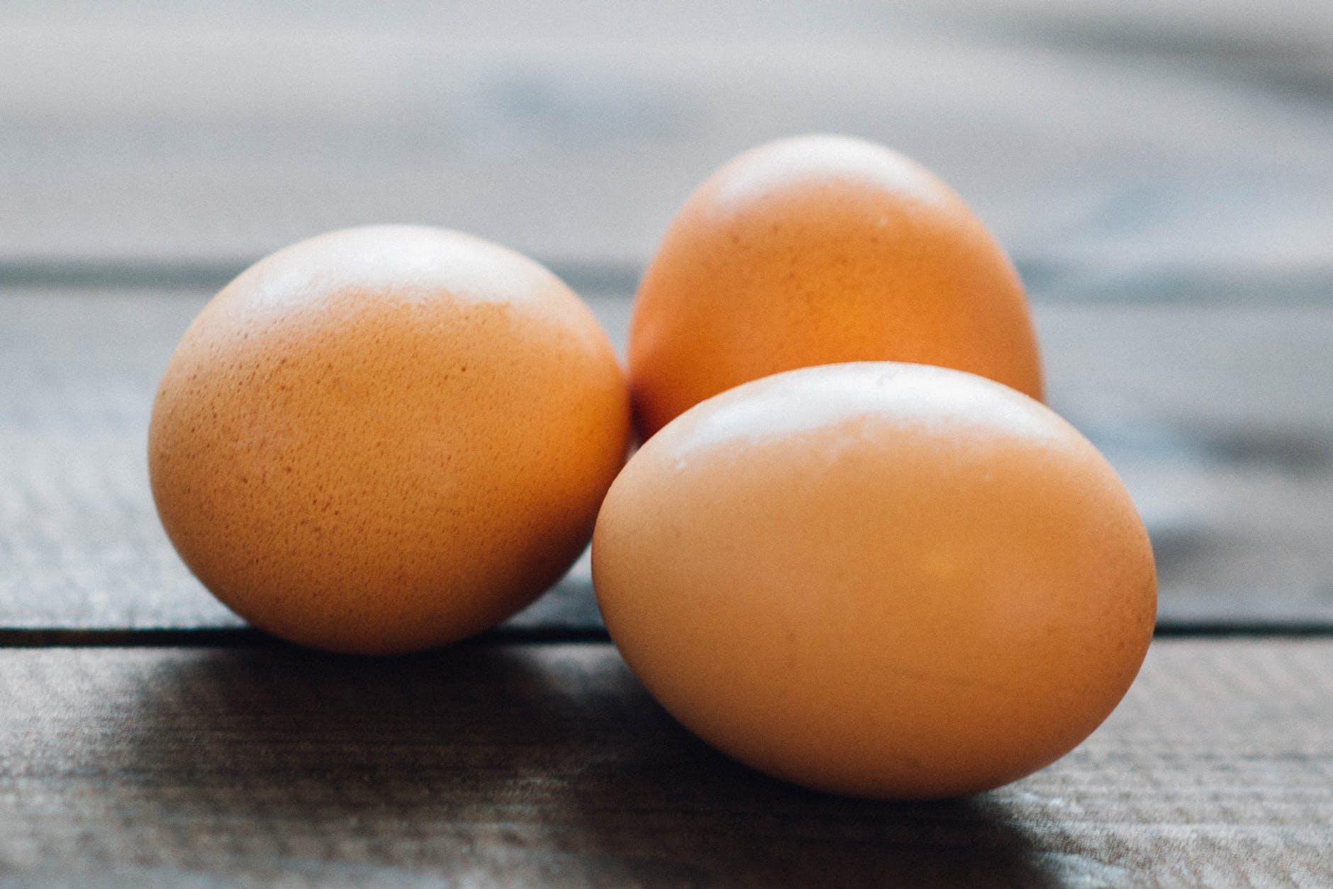 rimedio con le uova per i capelli crespi